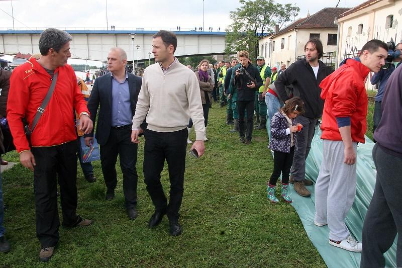 Ispod Brankovog mosta - Radnici, volonteri, Vesić i Mali