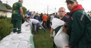 Volonteri i radnici prave nasip pored Save