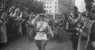 Svečani defile jedinica Crvene armije na Terazijama, ispred hotela Balkan i Moskva, u tek oslobođenom Beogradu 1944.