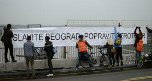 Biciklisti postavili transparent na Brankov most
