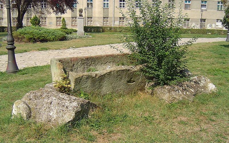 Gradski park u Zemunu: Rimski sarkofag (foto: Wikimedia - Matija sa VMO)