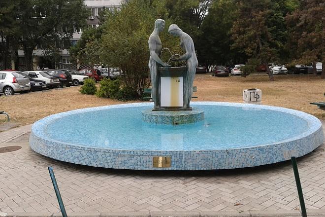 """Fontana u Pariskoj i skulptura """"Igra mladosti"""""""