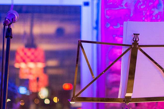 Nastup pripovedača - mikrofon, stalak i stolica