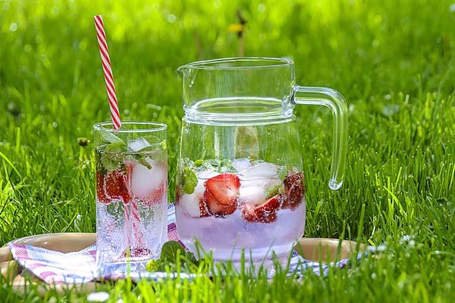 Spa voda sa jagodama, mentom i ledom