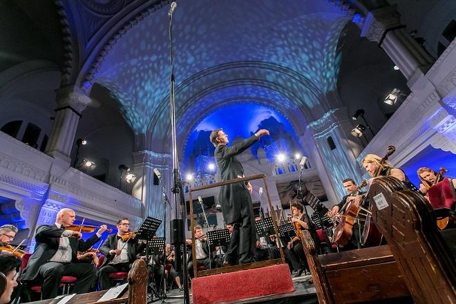 Rapsodija u plavom: Vojvođanski simfonijski orkestar i Timoti Redmond