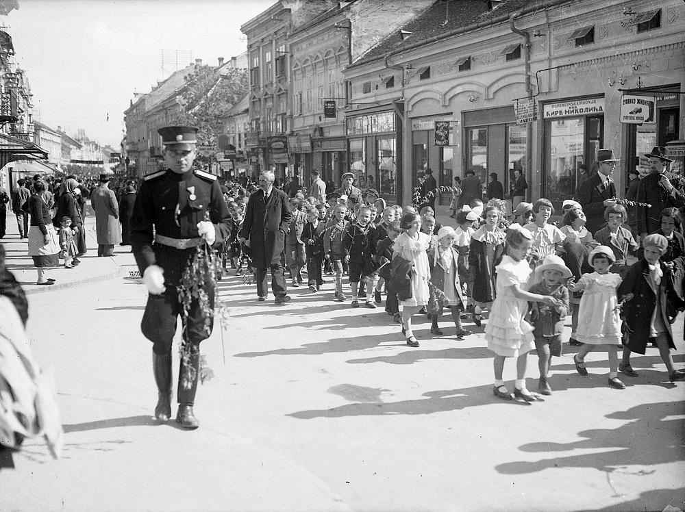 Vrbica u Glavnoj ulici: Oficir s vrbovom grančicom pored povorke dece, oko 1940. (foto: Muzej grada Beograda)