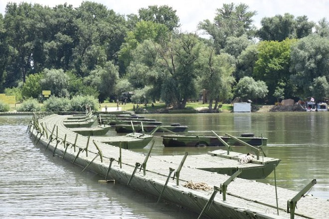 Kupališna sezona na Lidu: pontonski most na Dunavu
