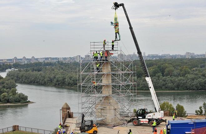 """Restauracija spomenika """"Pobednik"""": Skidanje bronzane figure (foto: Predrag Mitić / Grad Beograd)"""