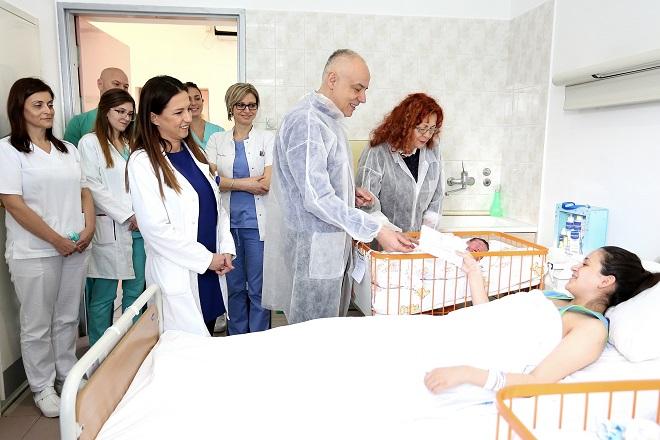 Gradonačelnik Beograda obišao prvorođene bebe u 2020. godini