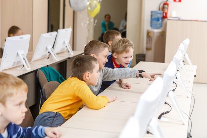 Da li je interesovanje dece za gedžete dobro ili loše? Zašto roditelji upisuju decu u SajberŠkolu? (fotografija: KiberONE)