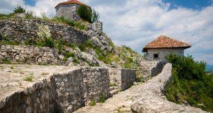 Crna Gora: Uhapšeni sveštenici u Niškiću, us Srbiji osude (foto: Nikšić / Nikiforov Alexander, shutterstock.com)