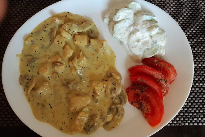 Piletina sa šampinjonima i caciki salata (foto: Dunja Filipović)