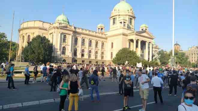 Protest ispred Skupštine Srbije, 8. jul 2020. (foto: Jelena Markvart)