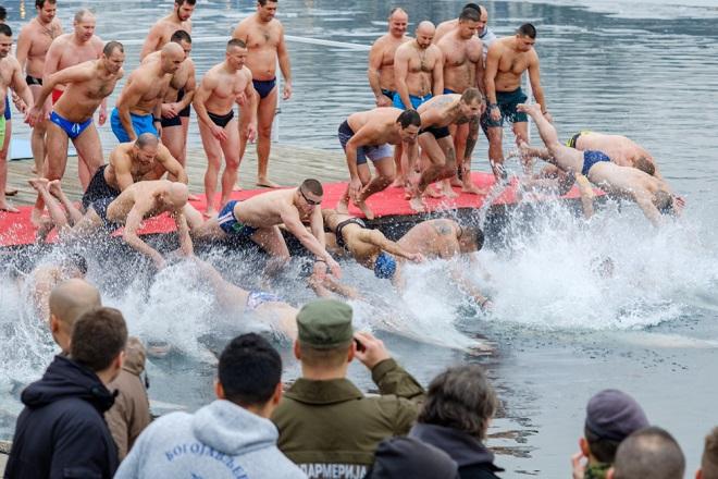 Beograd: Bogojavljenje - plivanje za Časni krst (foto: Mirko Kuzmanović / Shutterstock)