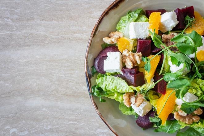 Kako spremati obrok salate (foto: Louis Hansel / Unsplash)