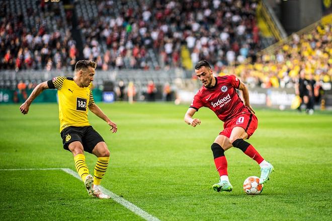 Bundesliga: Feliks Paslak i Filip Kostić (foto: Lukas Schulze / Bundesliga / Bundesliga Collection via Getty Images)